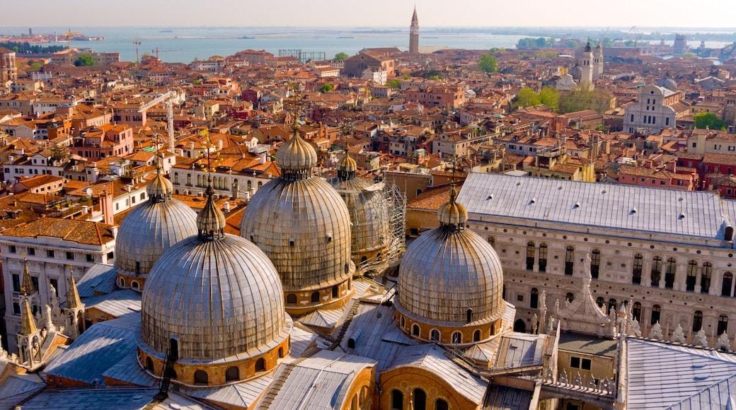 Basílica de San Marcos ofreciendo una iglesia o catedral, elementos religiosos y arquitectura patrimonial