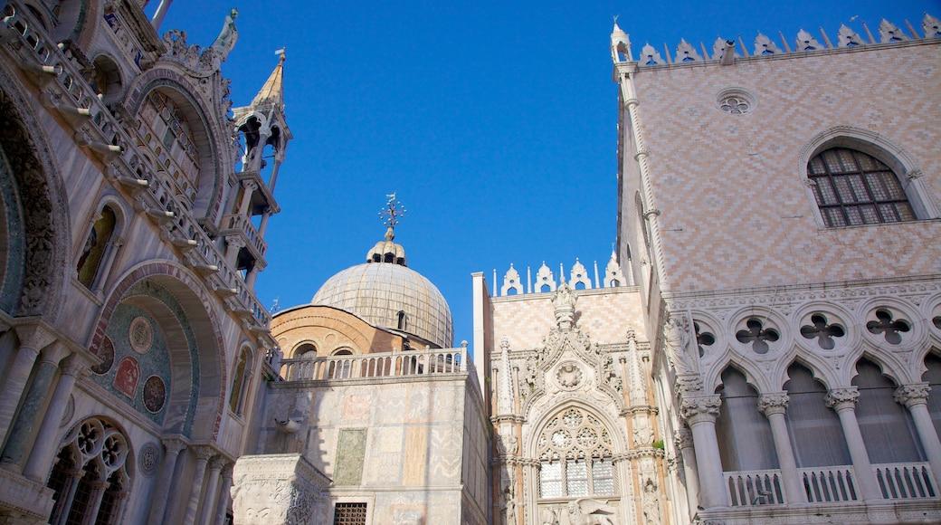 Basílica de San Marcos mostrando elementos religiosos, una ciudad y patrimonio de arquitectura
