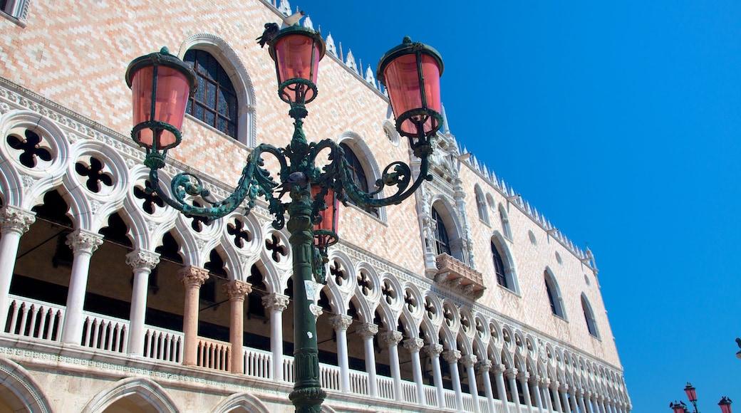 Palacio Ducal que incluye un castillo y patrimonio de arquitectura