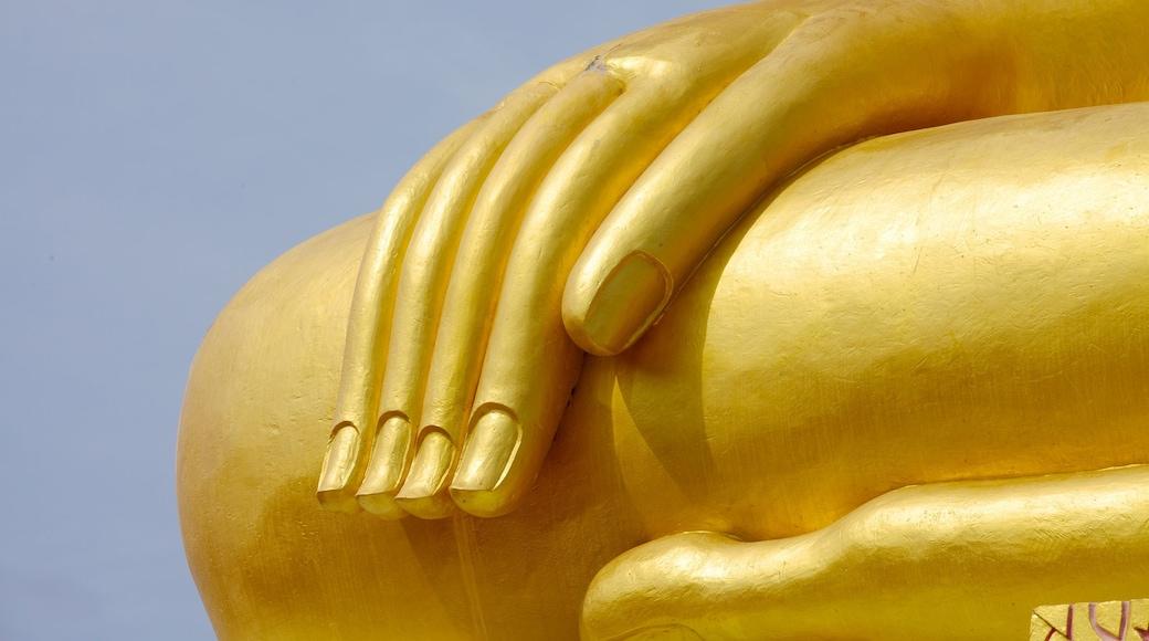 Grote Boeddha inclusief religieuze elementen