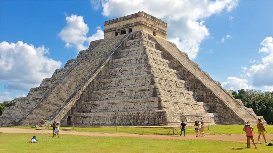 Chichén Itzá qui includes patrimoine architectural aussi bien que petit groupe de personnes