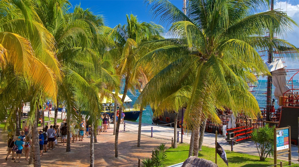 Playa Linda which includes general coastal views and tropical scenes as well as a small group of people