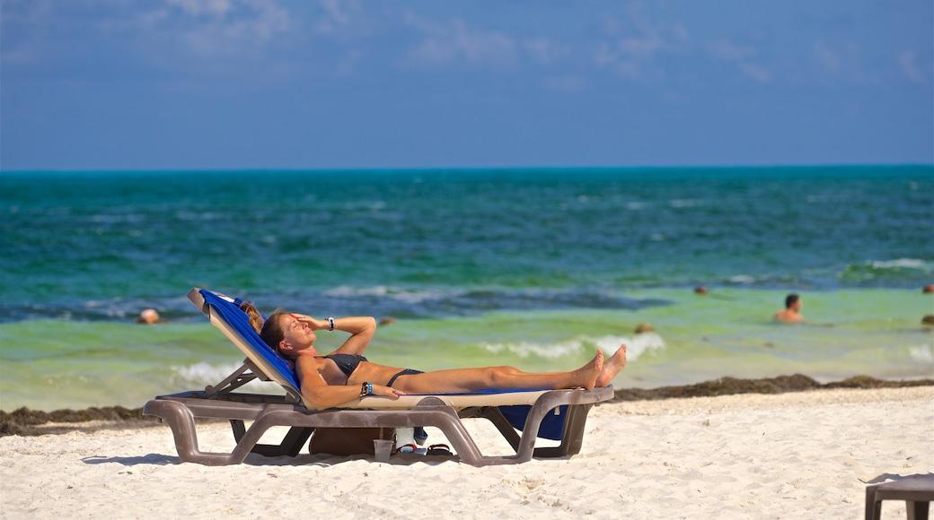 Playa Langosta inclusief algemene kustgezichten en een strand en ook een vrouw