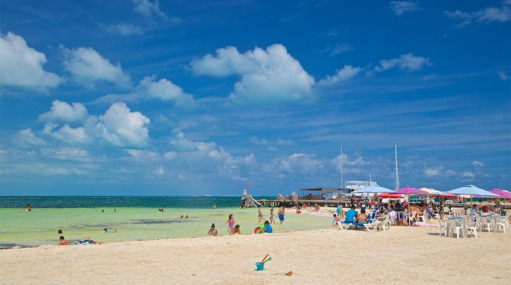 Playa Langosta bevat zwemmen, algemene kustgezichten en een strand