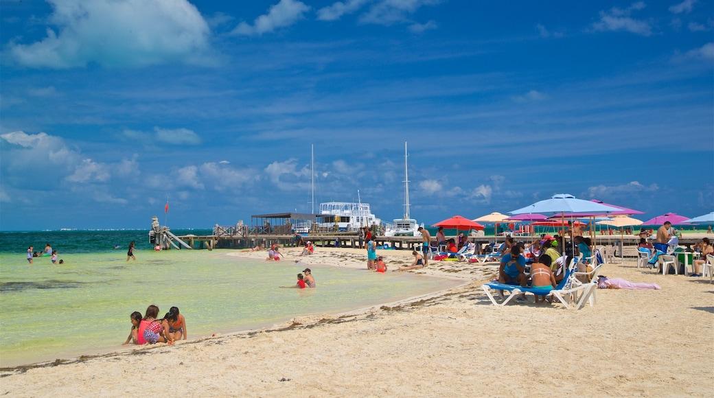 Playa Langosta que incluye vistas generales de la costa, natación y una playa