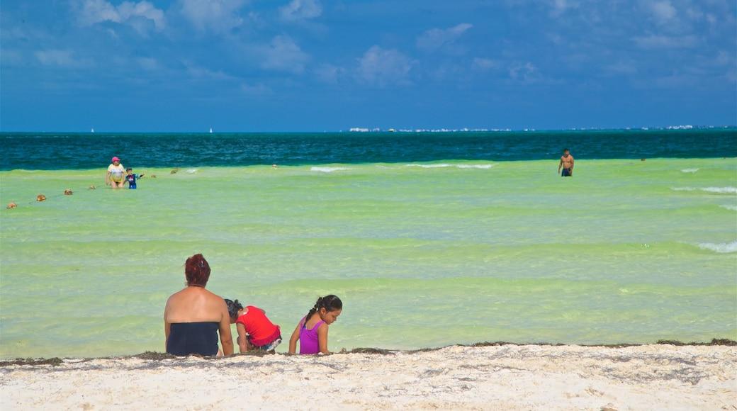 Playa Langosta bevat algemene kustgezichten en een strand en ook een gezin