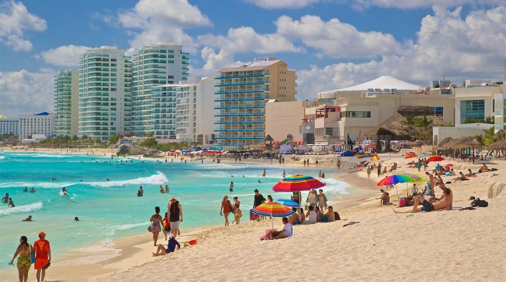 Playa Chac Mool toont een strand, algemene kustgezichten en een kuststadje