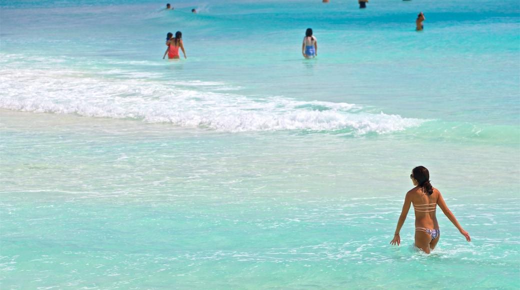 Playa Chac Mool toont zwemmen, een strand en algemene kustgezichten