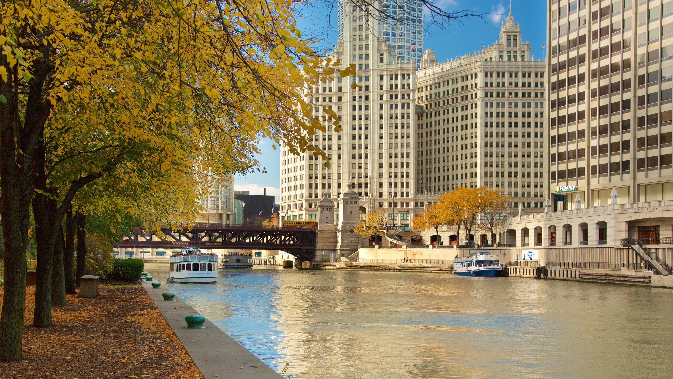 Stroll along the waterfront of the Chicago River to pass some of the city's most appealing attractions and appreciate how a once grim area has been successfully revamped.