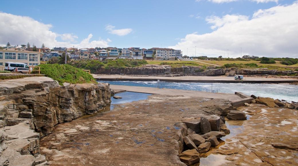Playa de Clovelly que incluye una ciudad costera, costa escarpada y vistas generales de la costa