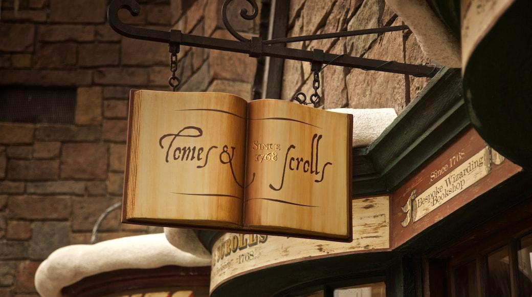 Parque temático The Wizarding World of Harry Potter™ ofreciendo señalización