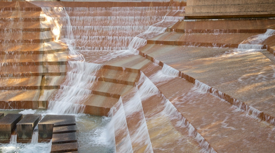 Fort Worth Water Gardens which includes a fountain