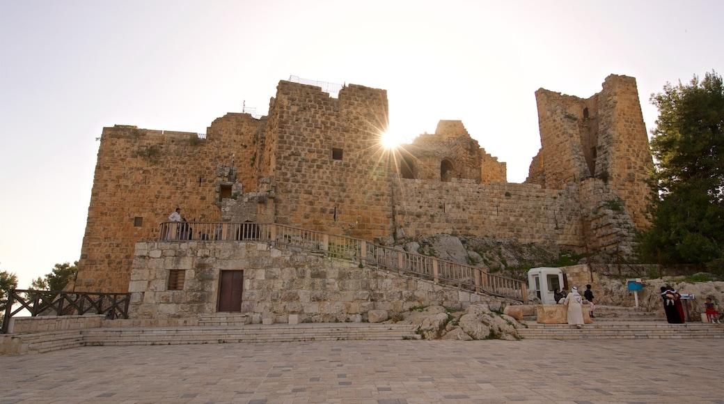 Ajlouns slott presenterar historisk arkitektur och en solnedgång