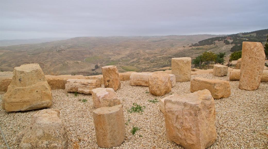 Nebo som inkluderar ruiner och landskap