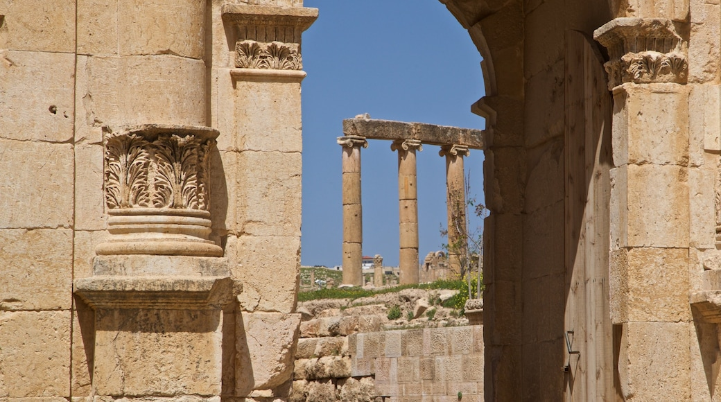 Jerash which includes heritage architecture and a ruin