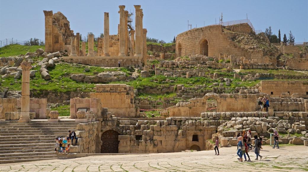 Jerash som visar historisk arkitektur och ruiner såväl som en liten grupp av människor