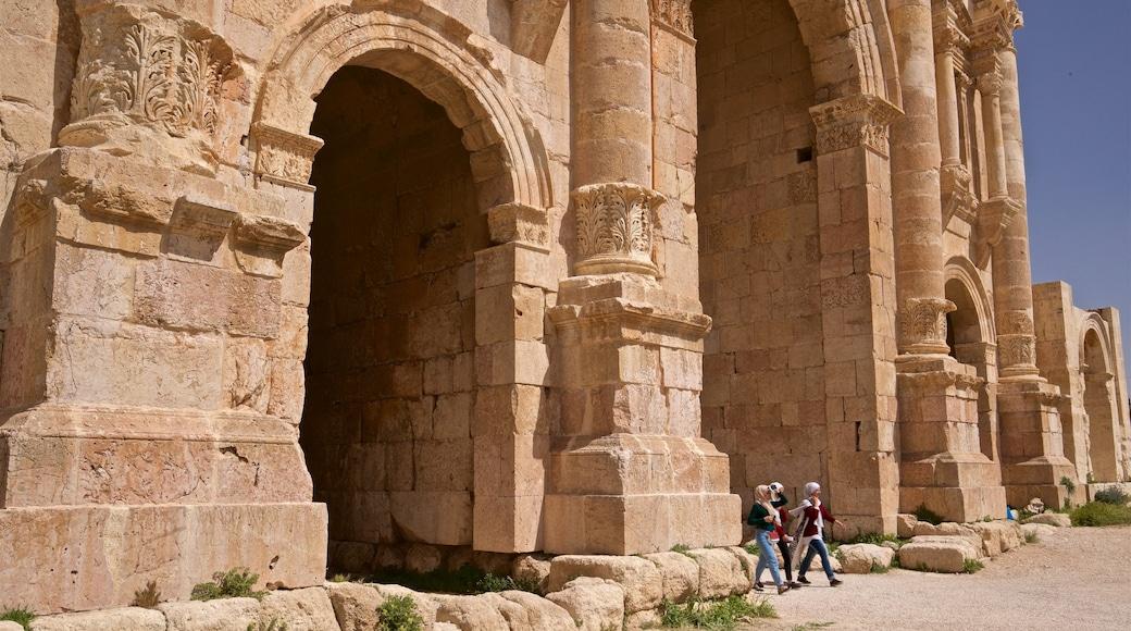 Hadrians båge presenterar historisk arkitektur såväl som en liten grupp av människor
