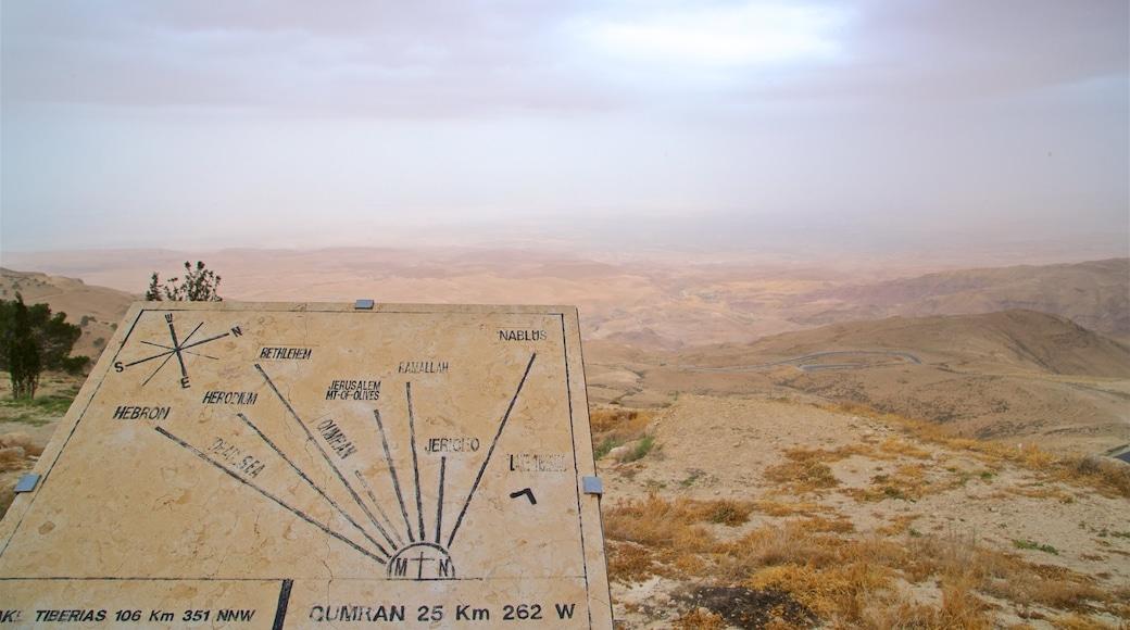 Nebo som visar skyltar, öknar och landskap