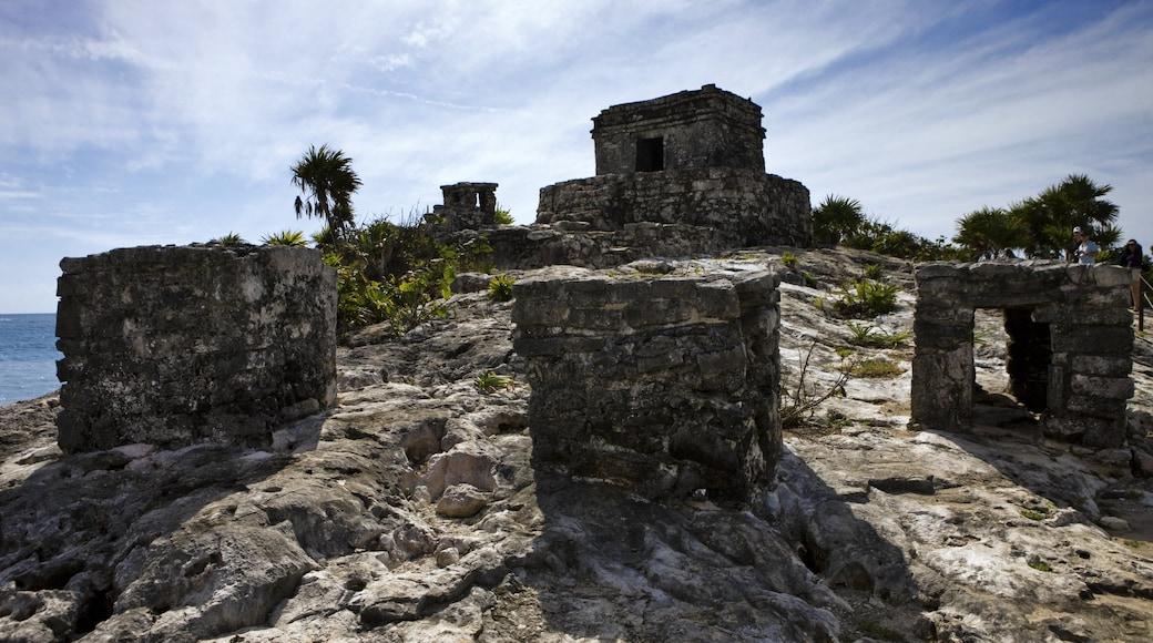 Ruinas mayas de Tulum mostrando ruinas de edificios