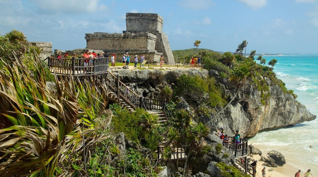Ruinas mayas de Tulum que incluye ruinas de edificios, vistas generales de la costa y costa rocosa