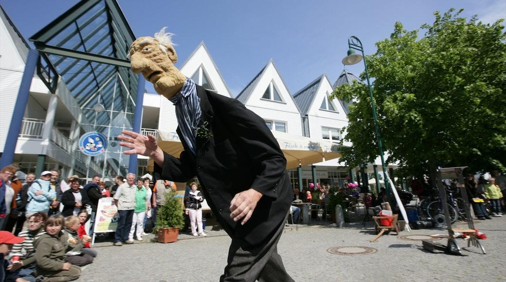Heringsdorf mit einem Straßenkunst und Straßenszenen sowie große Menschengruppe