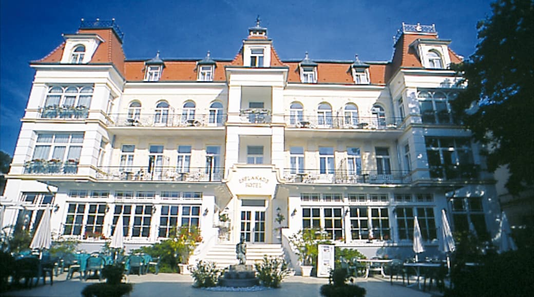 Heringsdorf mit einem Hotel und historische Architektur