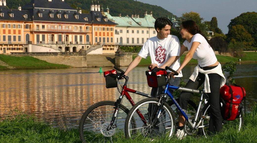 Radebeul mit einem Fahrradfahren, Kleinstadt oder Dorf und Fluss oder Bach