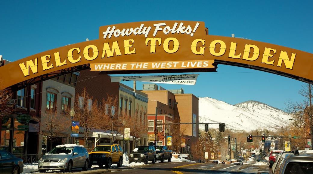 Golden som viser skiltning, gadeliv og en by