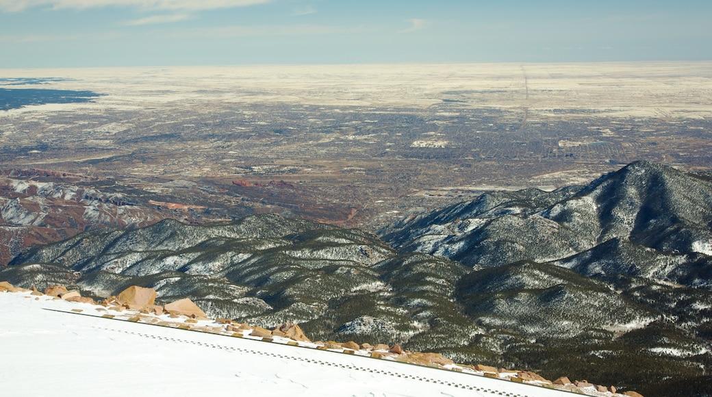 Pikes Peak welches beinhaltet Schlucht oder Canyon, Berge und ruhige Szenerie