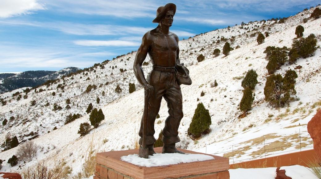 Red Rocks Amphitheatre mit einem Schnee, Statue oder Skulptur und Outdoor-Kunst