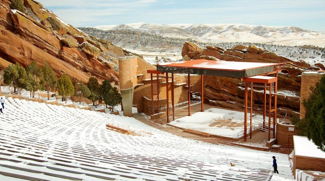 Red Rocks Amphitheatre mit einem Schnee und Theater