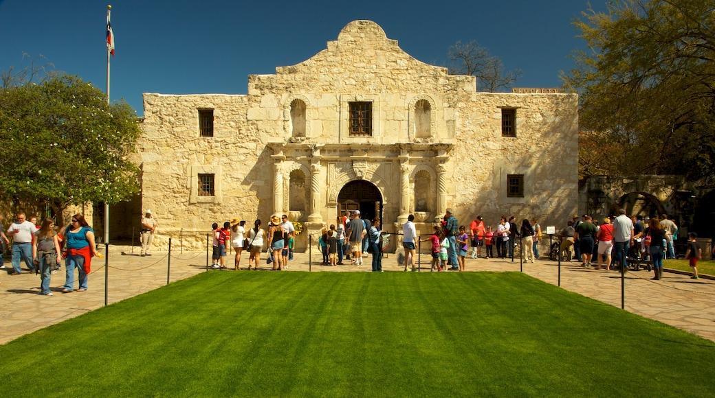 Alamo fasiliteter samt historisk arkitektur i tillegg til en stor gruppe med mennesker