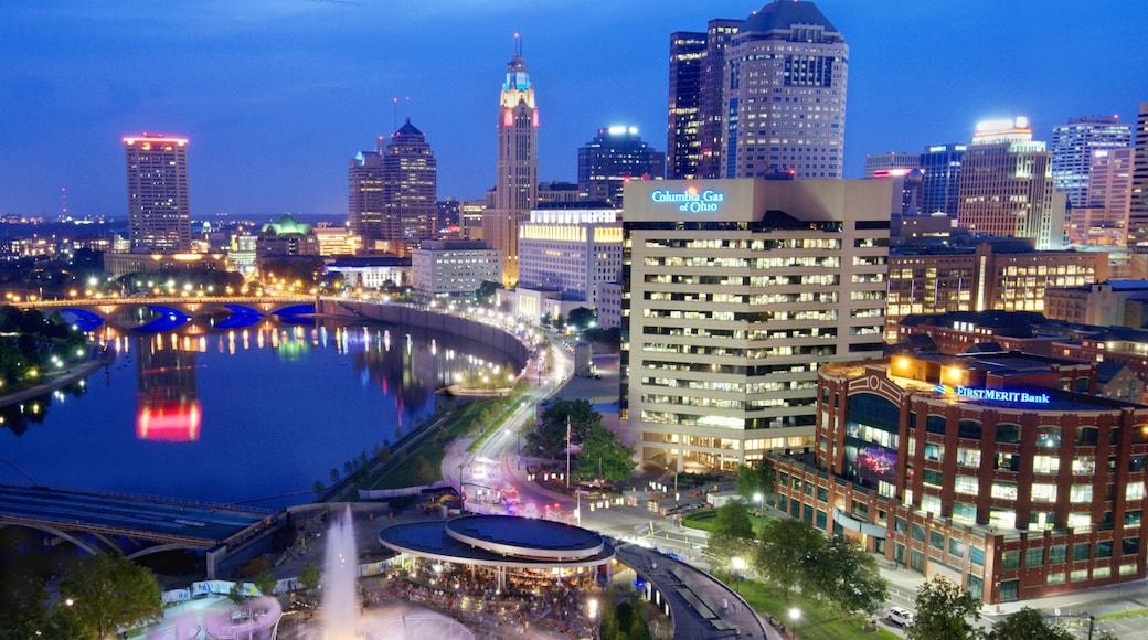 Columbus que inclui distrito comercial central, um edifício e cenas noturnas