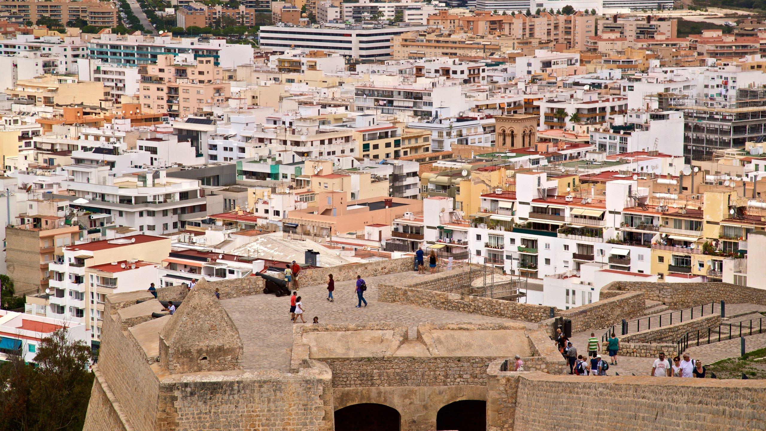 Descubre la historia de Ciudad de Ibiza desde uno de sus puntos más conocidos: Bastions. Además de ser un destino donde reina la tranquilidad, aquí también podrás darte algún que otro chapuzón en la playa o salir de bares.