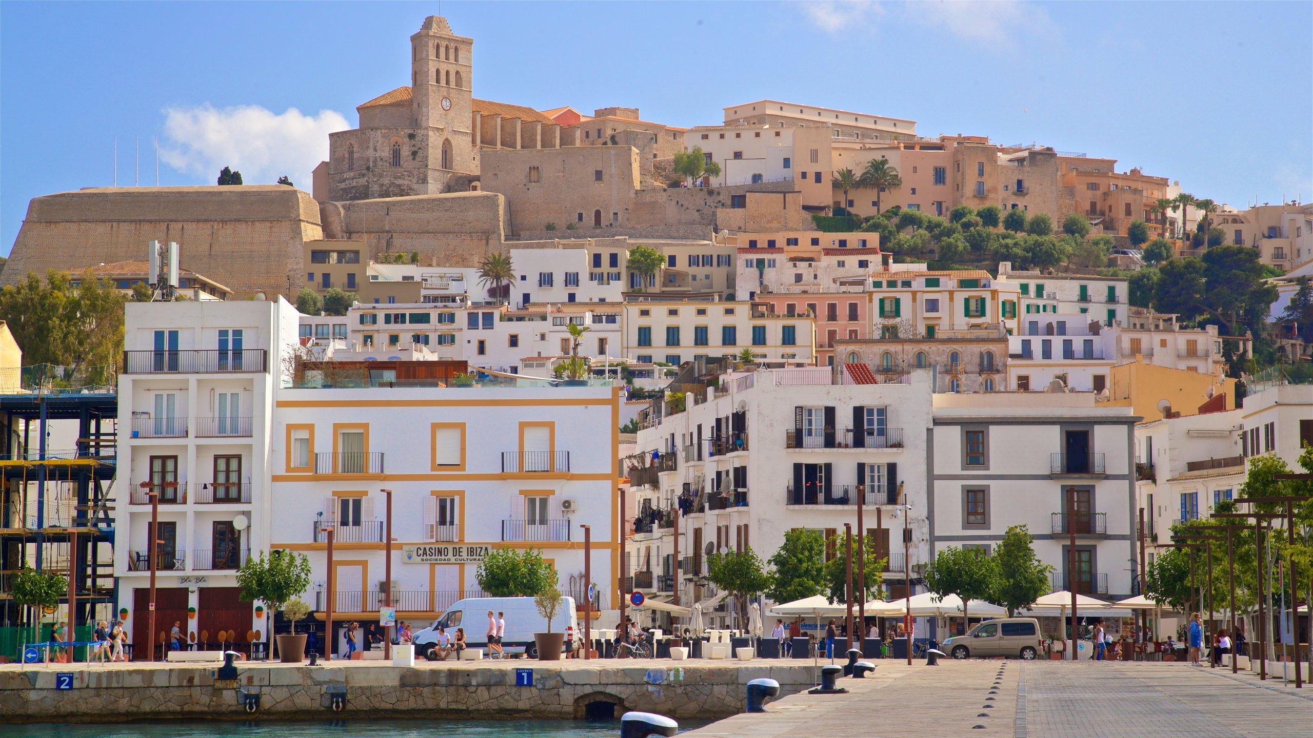 Contempla de cerca los yates de ricos y famosos y sal a disfrutar de la clásica vida nocturna mediterránea de Ibiza.