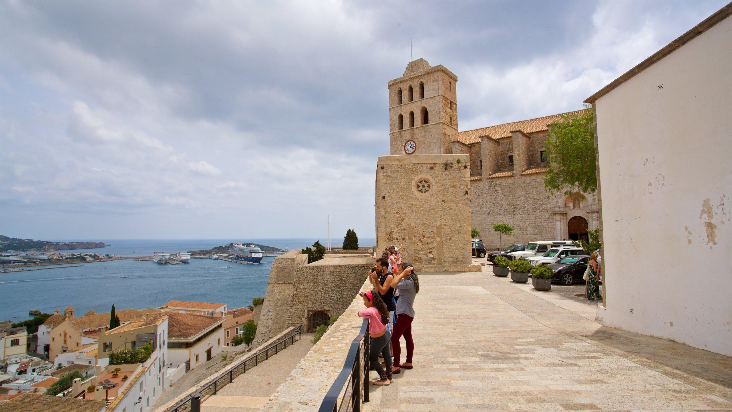 Descubre la historia de Ciudad de Ibiza desde uno de sus puntos más conocidos: Catedral de Ibiza. Y, ya que estás aquí, ¿por qué no darte algún que otro chapuzón en la playa o salir de bares?