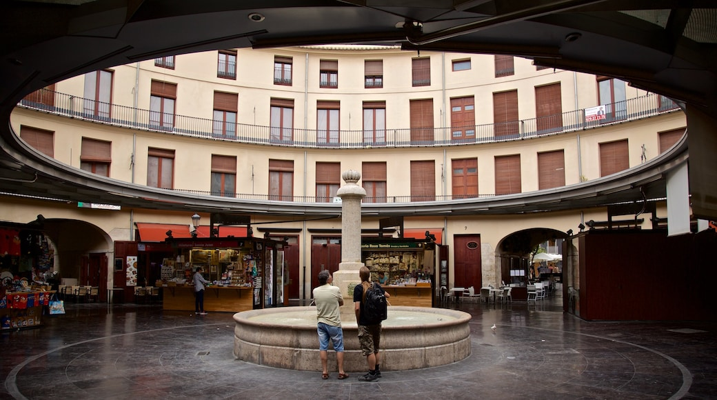 Plaza Redonda featuring a fountain as well as a couple