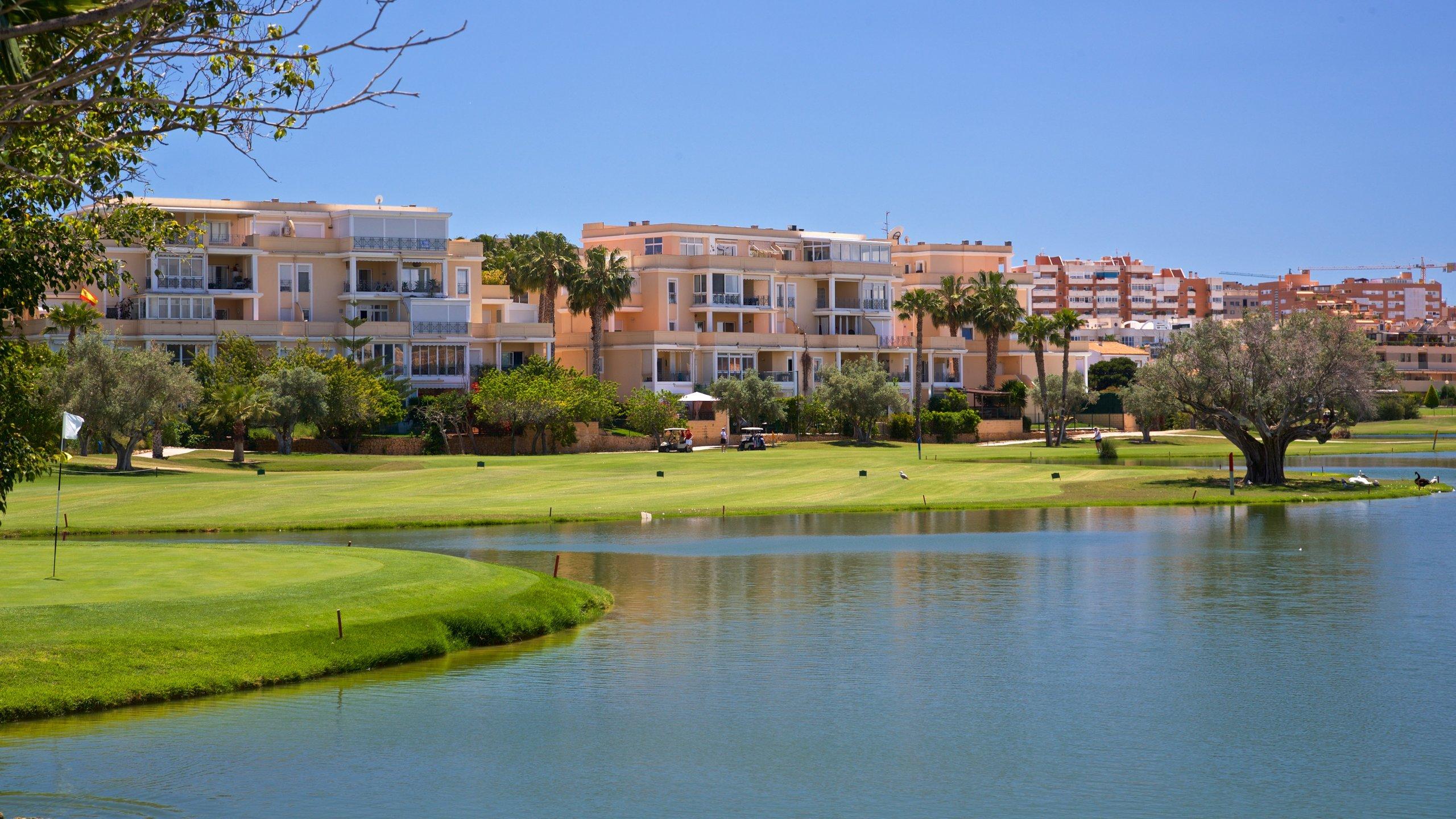 Deze golfbaan is het meesterwerk van Severiano Ballesteros, de grote Spaanse golfer en baanontwerper, en is door het hotel op het terrein ideaal voor golfvakanties.