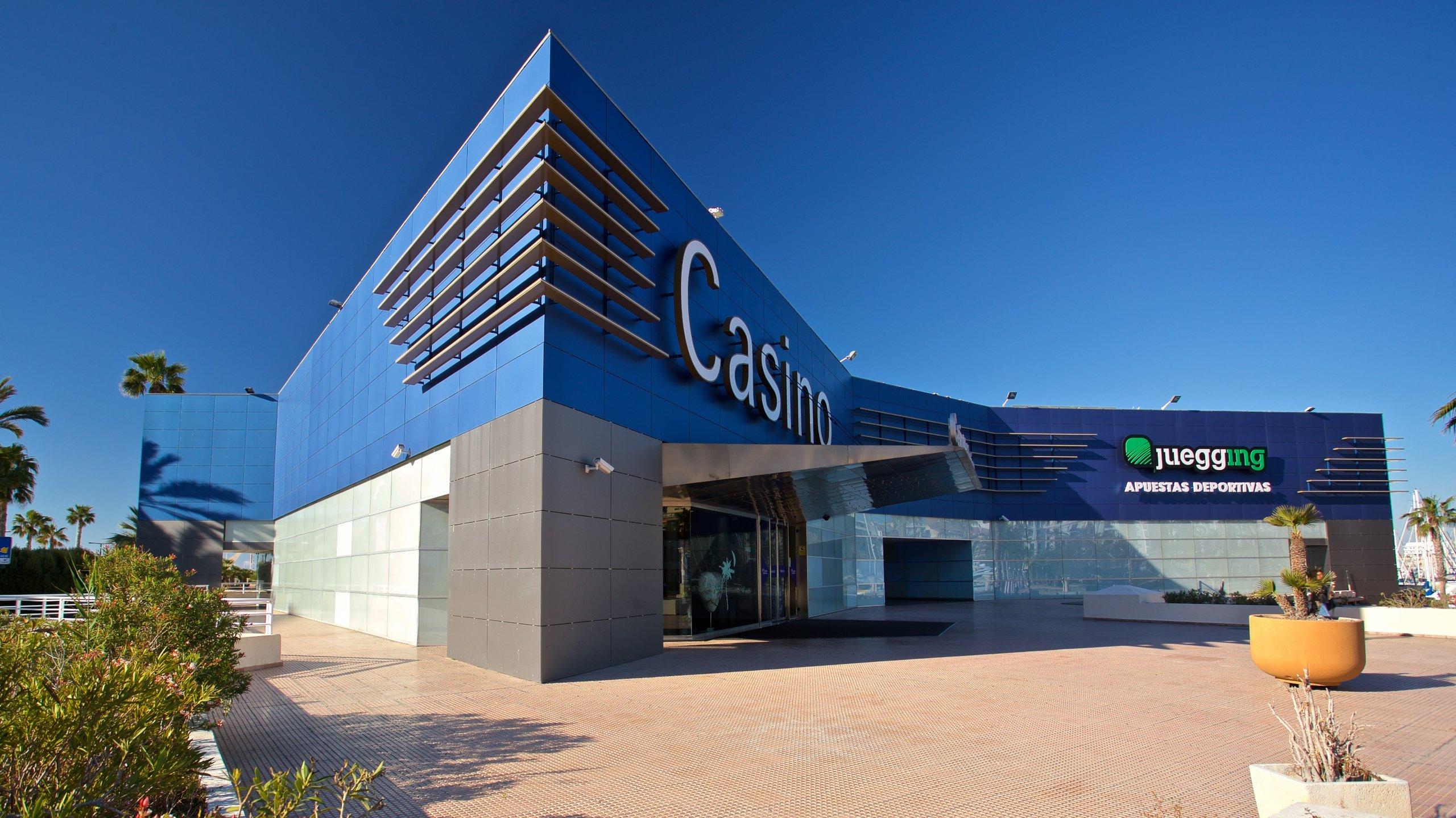 Het belangrijkste casino van Alicante is een bron van licht in de haven en biedt spelletjes en fruitmachines, evenals een uitstekend restaurant en kunstexposities.