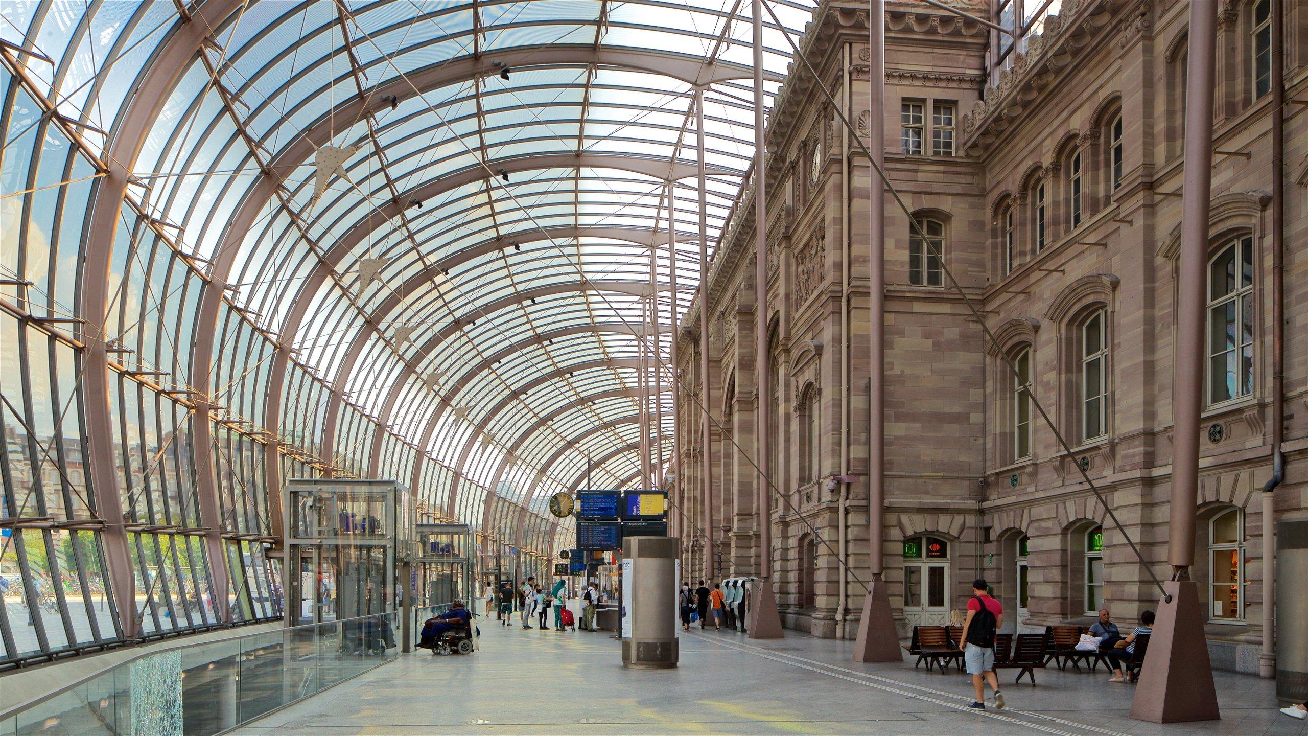 Cette place piétonne verdoyante au cœur de la ville offre une vue sur l'impressionnante gare futuriste de Strasbourg.