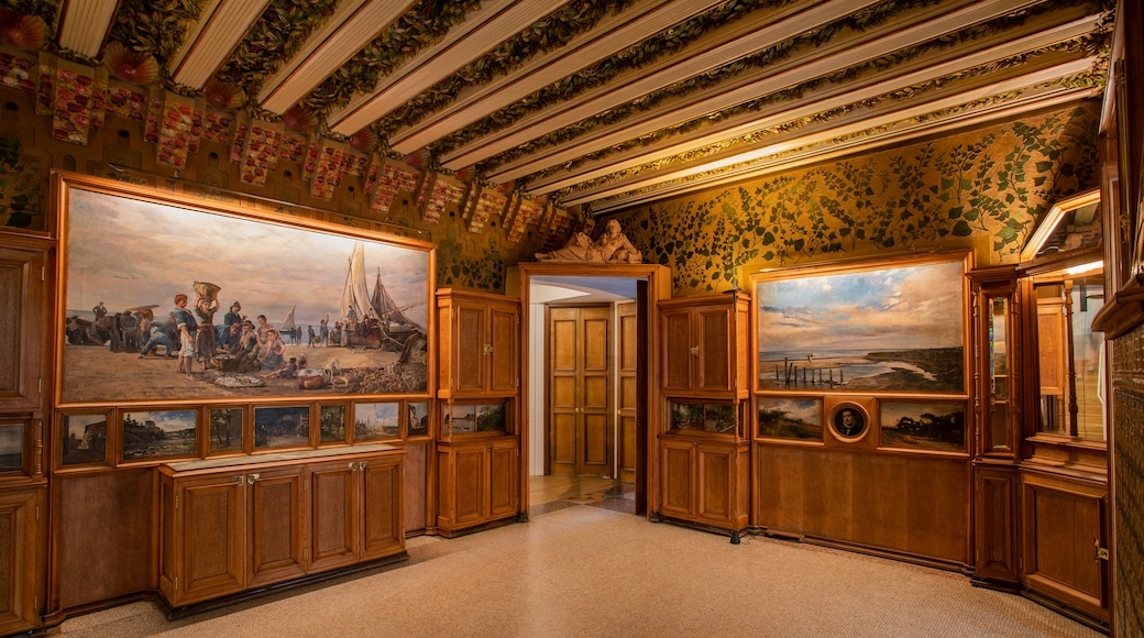 Casa Vicens featuring interior views and art
