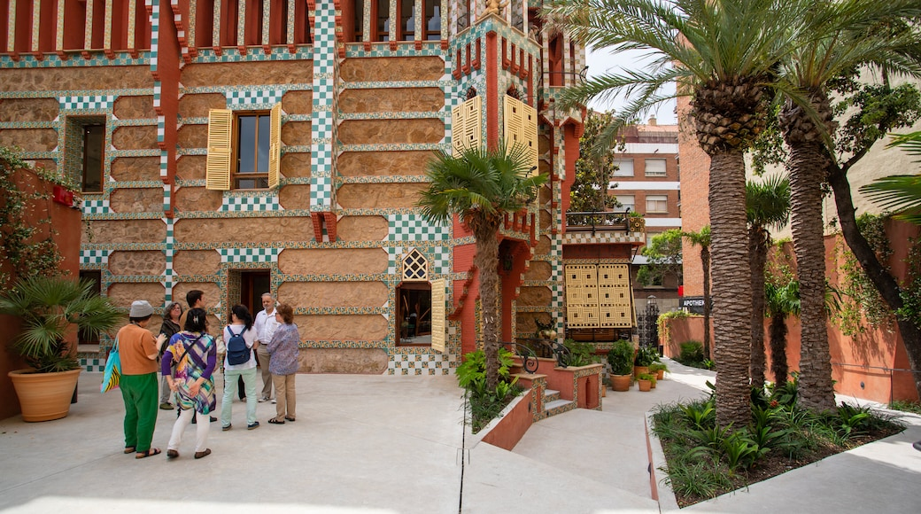 Casa Vicens showing heritage elements and street scenes as well as a small group of people