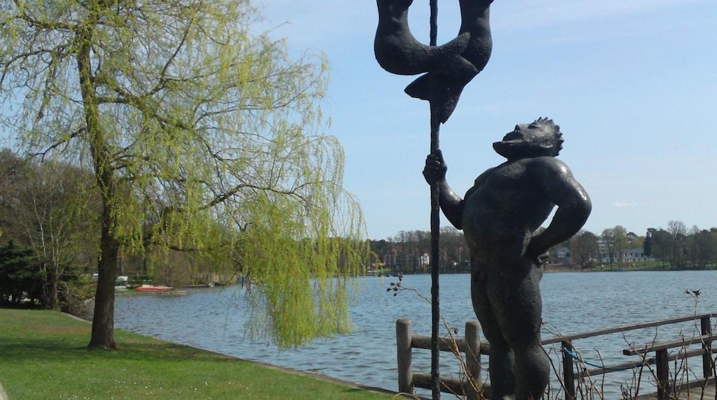 Bad Saarow welches beinhaltet Monument, Küstenort und Statue oder Skulptur