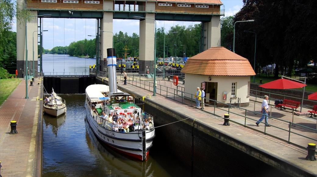 Kleinmachnow mit einem Fluss oder Bach und Bootfahren