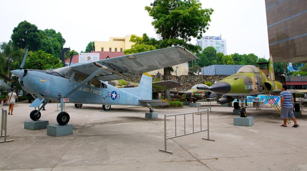 전쟁 박물관 을 보여주는 항공기 과 군대 물품