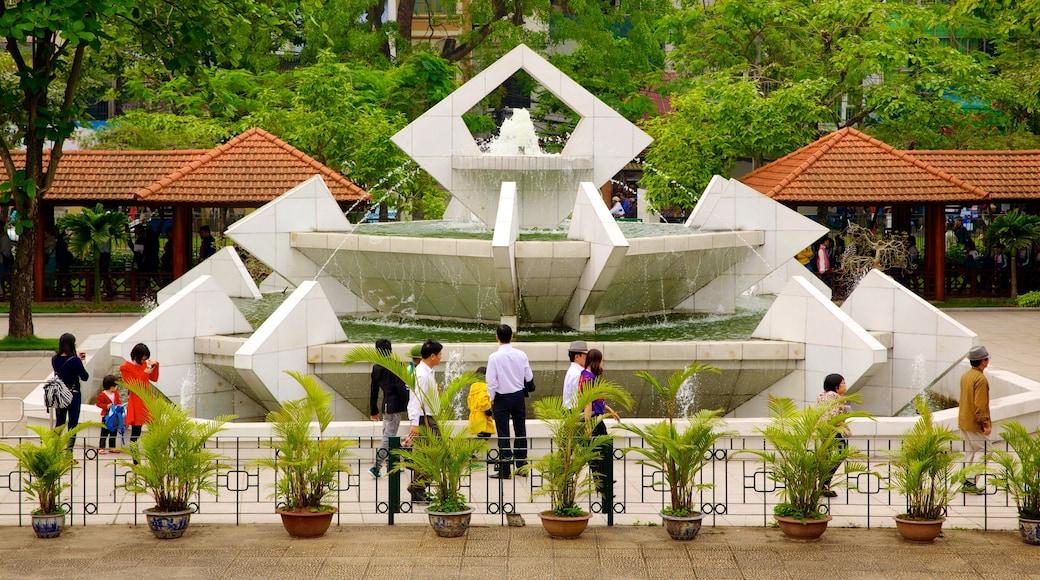 Museo di Ho Chi Minh cosi come un grande gruppo di persone