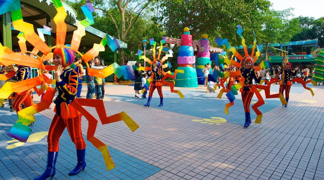 Chimelong Paradise showing a square or plaza, street performance and rides