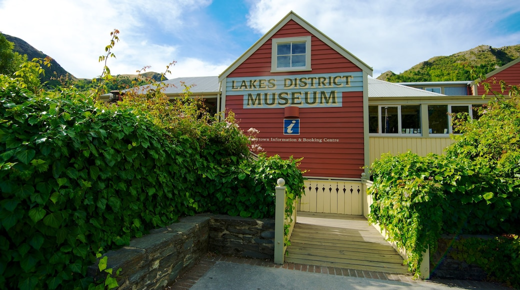 Arrowtown showing a house and signage