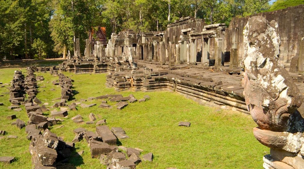 Angkor Bayon featuring building ruins
