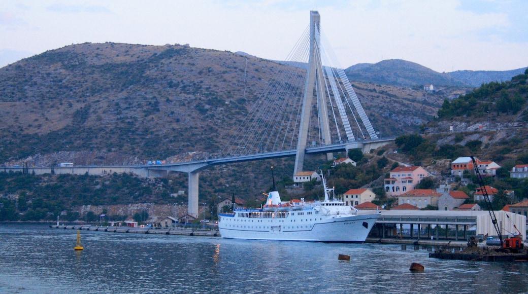 Porto di Gruz mostrando montagna, porto turistico e baia e porto